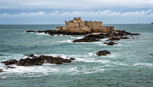 Le Petit Bé est au centre du dispositif de fortifications de Saint-Malo.Véritable navire de guerre à l'ancre, ce fort Vauban XVII° jouit d'une position exceptionnelle au coeur de la baie de la cité corsaire.